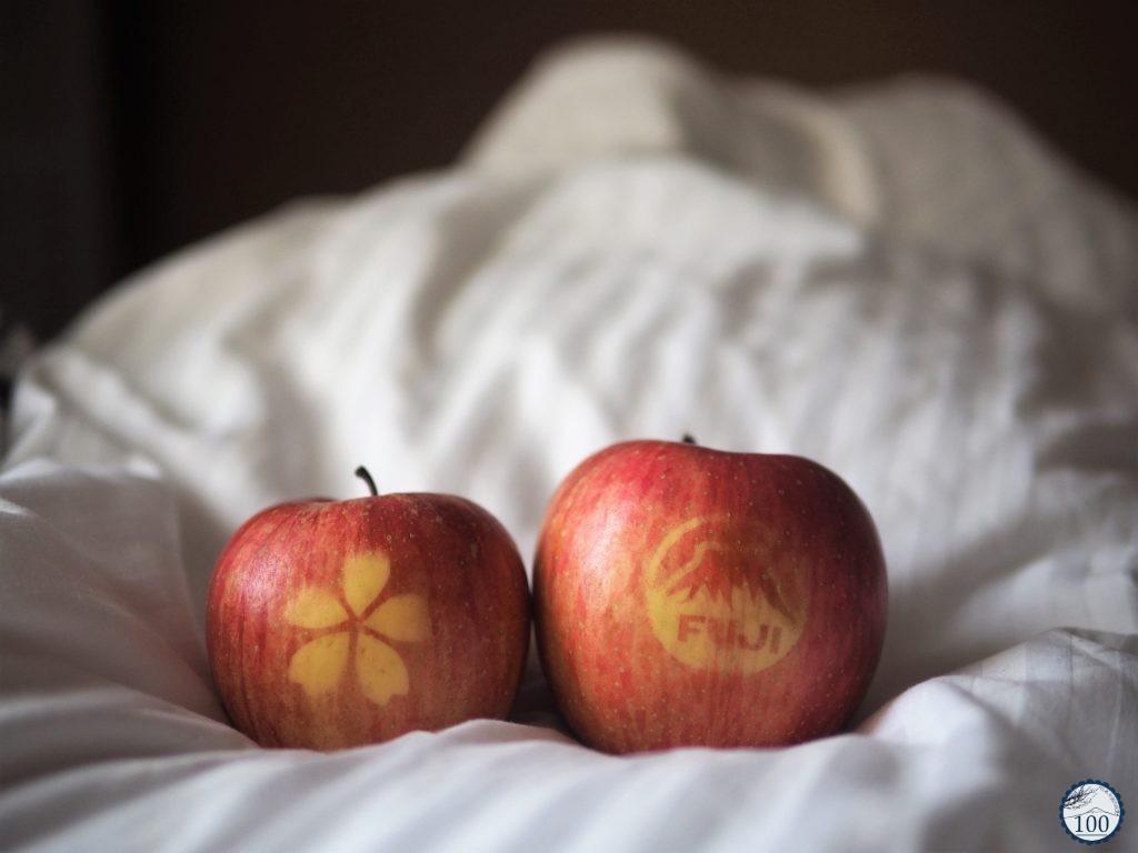 Deux pommes Fuji avec une marque